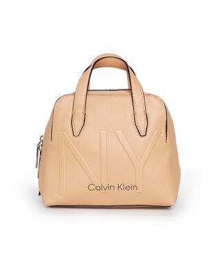 Calvin Klein  Ny Shaped Sml Duffle Dark Sand